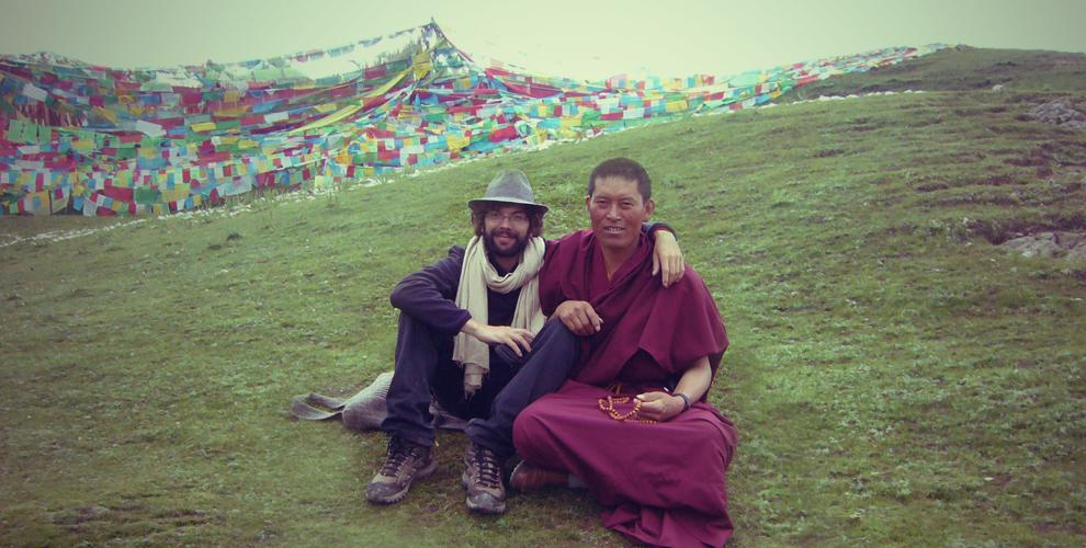 L'interprete nicolas chabolle avec un moine tibétain